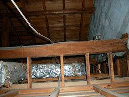 自動火災報知設備改修工事の下見調査(天井裏)